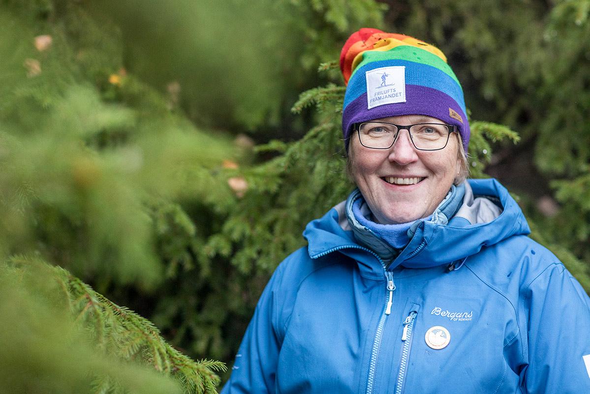Ewa Palm är ute i skogen.